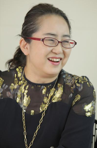 おしゃれ、立ち止まり考えるいま 甲南女子大教授・米澤泉さん×ファッション誌編集者・軍地彩弓さん