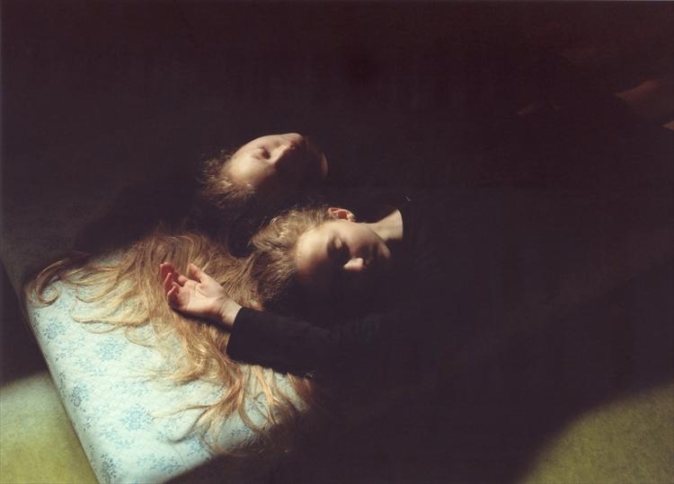 アイスランドに住む双子の少女の成長を撮り続けた写真集「EAGIE AND RAVEN」