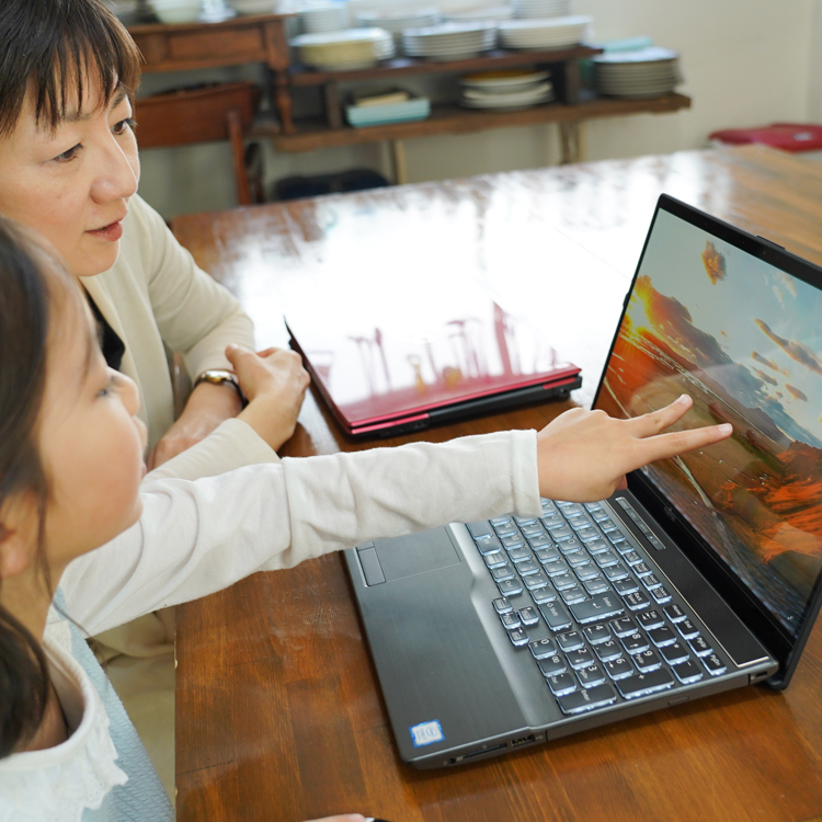 子どもの情報教育元年 スタイリッシュなパソコンで親子が楽しめるパソコン学習とは?