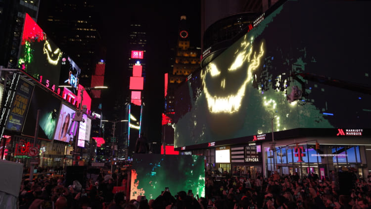 NYのタイムズスクエアをジャック 「美は #競争ではない」