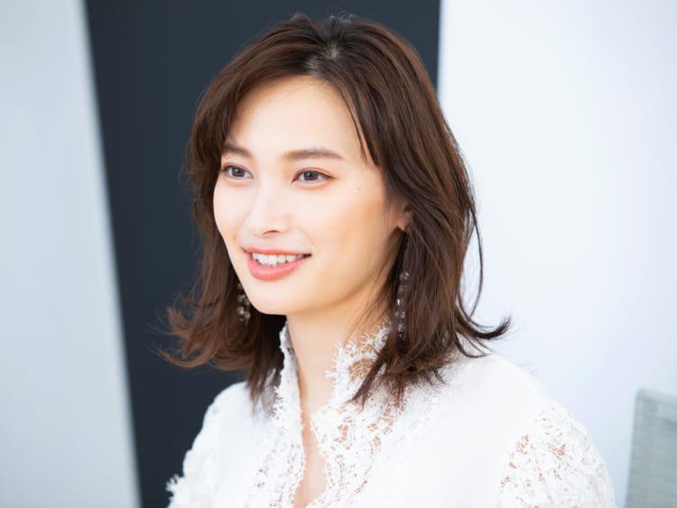 女優・大政絢さんが『Precious』新ミューズに。「改めて、新人になったような気分です」