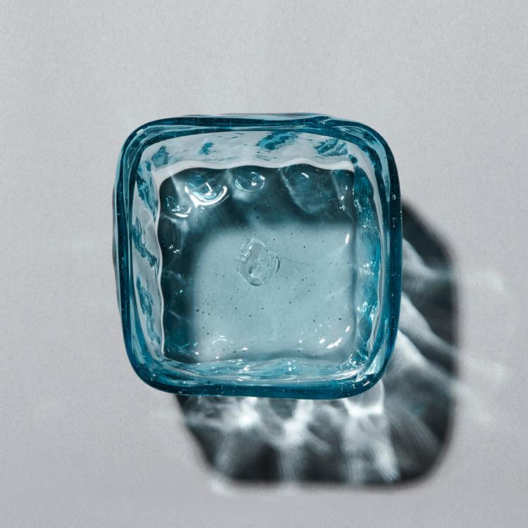 美しい色み、ぽってりとした厚み、自然なゆがみが心地いい倉敷ガラスの世界