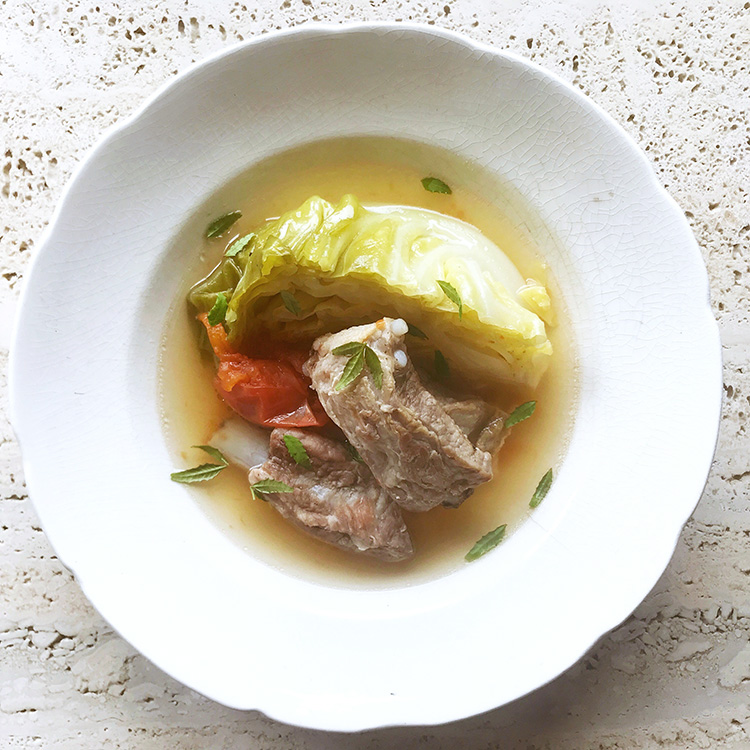 《#ステイホーム きょうのレシピ》旬を丸ごと食べる楽しみ。春キャベツとスペアリブの炊いたん