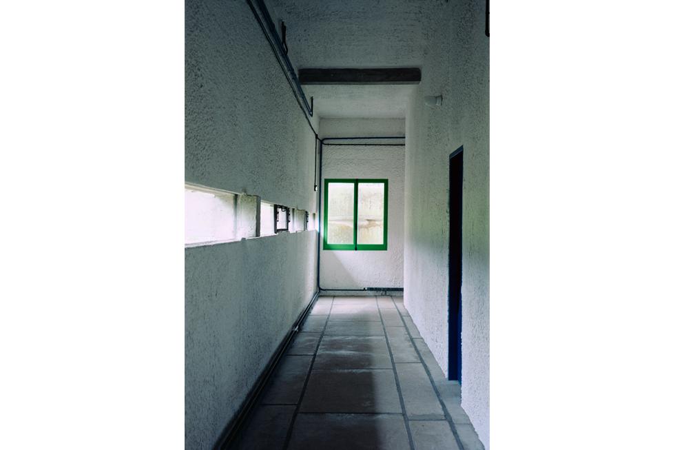 """窓に写しだされる物語がある 建築家・コルビュジエの""""視点""""をホンマタカシが撮る"""