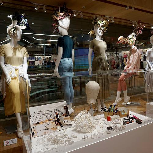 ユニクロ、コラボ作品で加茂さん追悼 ヘッドピースなど展示