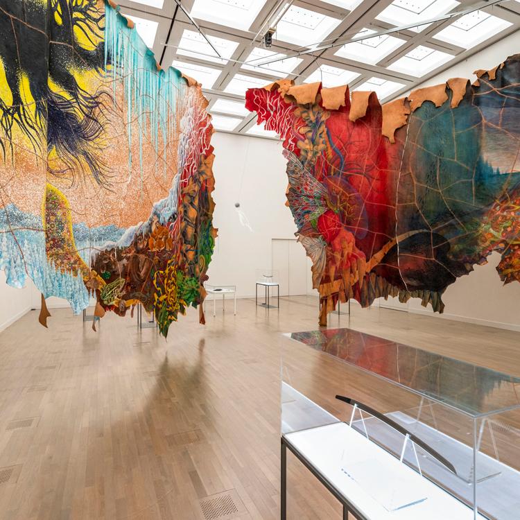 「古典×現代2020」で皮と刀のコラボ 「続けてきたのは目の前のものとの遊び」美術家・鴻池朋子さん
