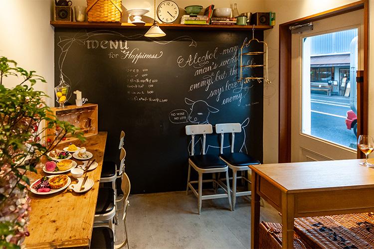 小料理と一緒に仲間と笑い合った大切な時間を、ここ長谷でも 「koyagi-ya delicatessen&co.」
