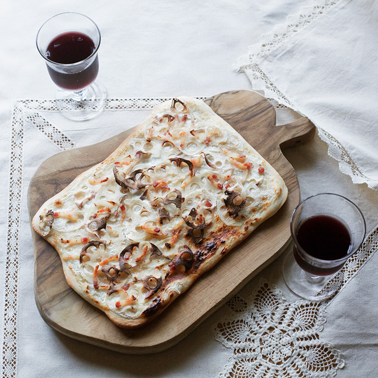 サクサク香ばしいフランスの郷土料理 レンコンのタルトフランベ