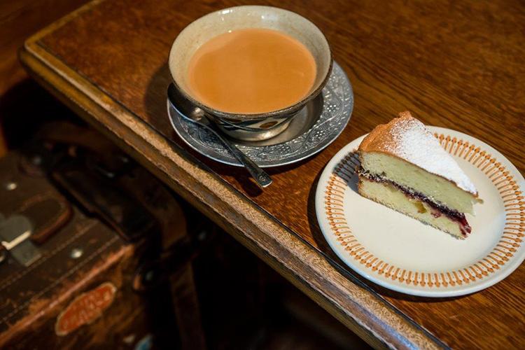 ケーキのメレンゲをくしゃっと崩しながら、高まるティータイムへの期待 ブンブン紅茶店