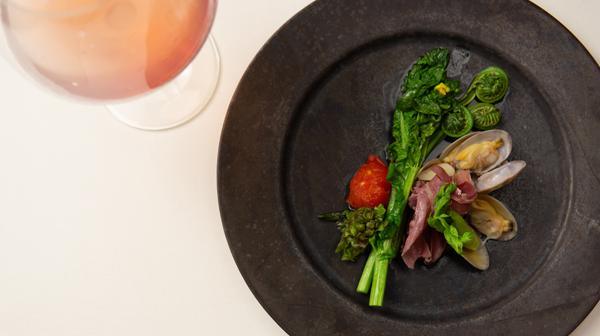春は、ロゼの微発泡ワインに山菜を合わせて