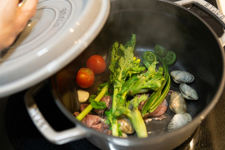 もうすぐ春。ロゼの微発泡ワインに山菜料理を合わせて
