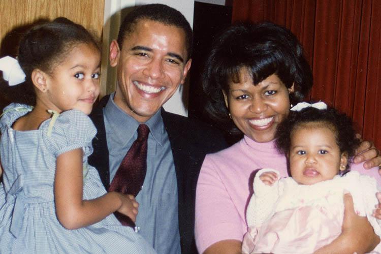 バラク・オバマ氏とミシェル・オバマ氏と二人の娘たち