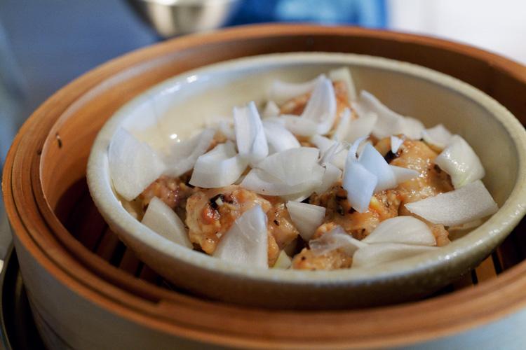 新玉ねぎの甘さ楽しむ、鶏手羽元の豆豉蒸し