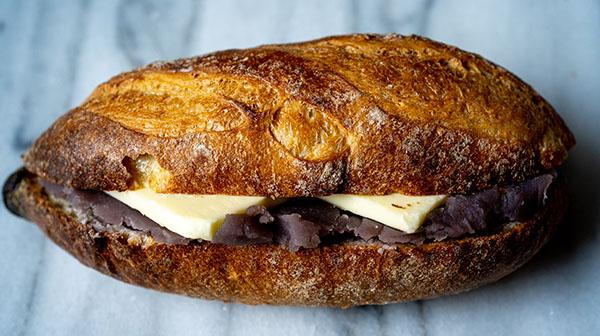 パンとおかずで夢見心地。「真のコンビニ」の正体