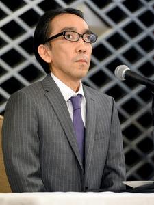 会見する新垣隆氏