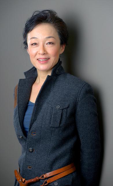黒いジャケットに茶色のベルトを巻いているキムラ緑子の画像
