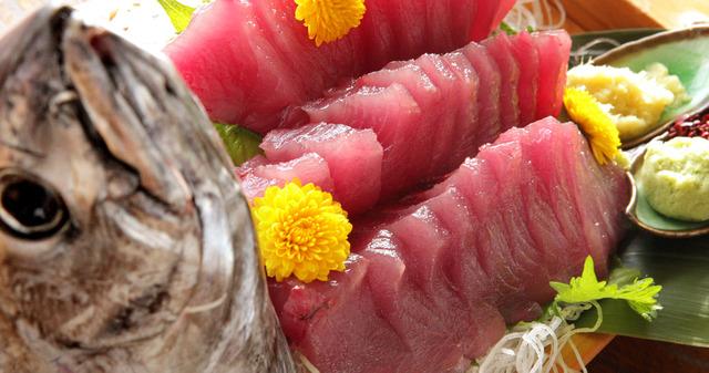 釣れたてのカツオの姿造りは、もちもちの食感で、甘みもある=和歌山県すさみ町、佐藤慈子撮影