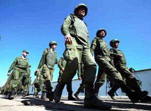 クリミア半島を歩くロシア兵=3月21日