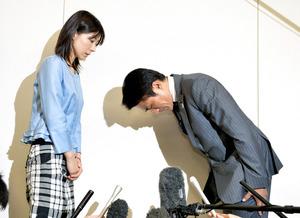 塩村文夏都議(左)に謝罪する鈴木章浩都議