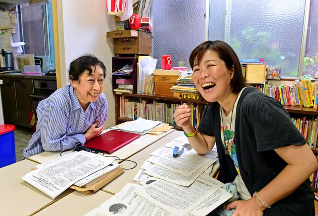 「こどもの里」に支えられ、社会に出た大谷純さん(右)。今も館長の荘保共子さんの手伝いに訪れる=大阪市西成区
