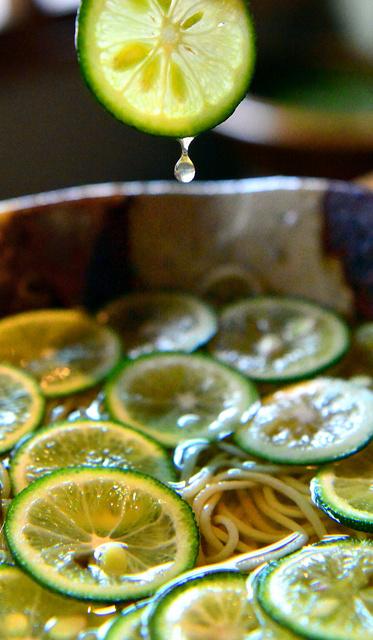 「すだちそば」にしたたる滴。爽やかな香りと酸味がつゆに溶け込み、最後まで飲み干せる=兵庫県芦屋市
