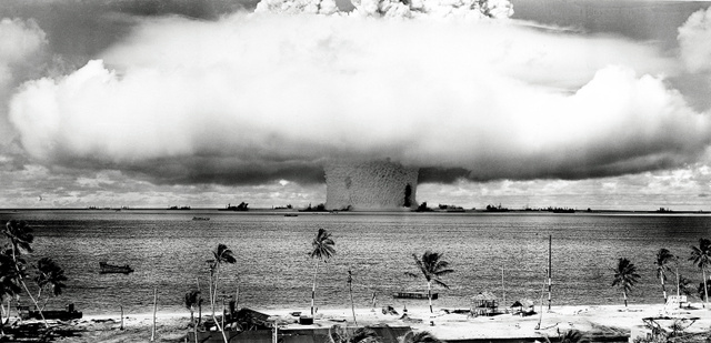 1946年7月、ビキニ環礁で行われた核実験(AP)。その後も実験は続けられた
