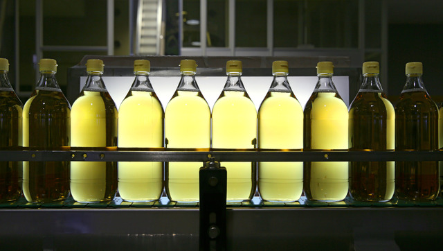 タマノイ酢の本社工場。瓶詰めされた酢が次々とラインを流れていく=奈良県大和郡山市