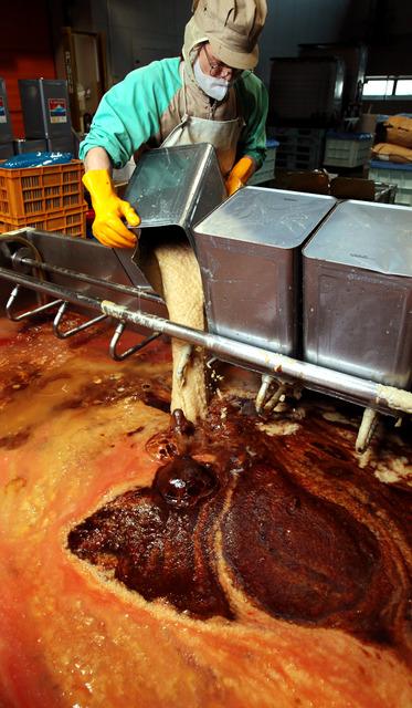 タンクの底に沈殿した「どろ」にトマトのペースト、リンゴやタマネギのピューレを加えると、大理石のような模様ができた=神戸市中央区のオリバーソース