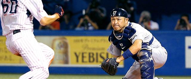 本塁をついた走者をタッチアウトにする捕手谷繁=2015年7月26日、長島一浩撮影