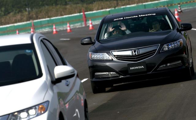 低速でも車線を守って自動で走る試作車。ドライバーが一時的にハンドルから手を離しても走りに影響はなかった=24日、栃木県の本田技術研究所、ホンダ提供