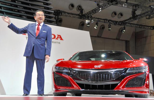 ホンダが日本初公開した新型スポーツカー「NSX」と八郷隆弘社長=28日、東京都江東区の東京ビッグサイト、北林慎也撮影