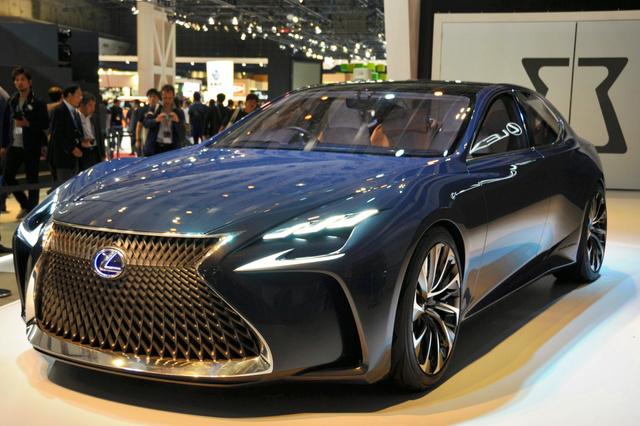 レクサスが初公開した燃料電池車(FCV)の試作車=28日、東京都江東区の東京ビッグサイト、北林慎也撮影