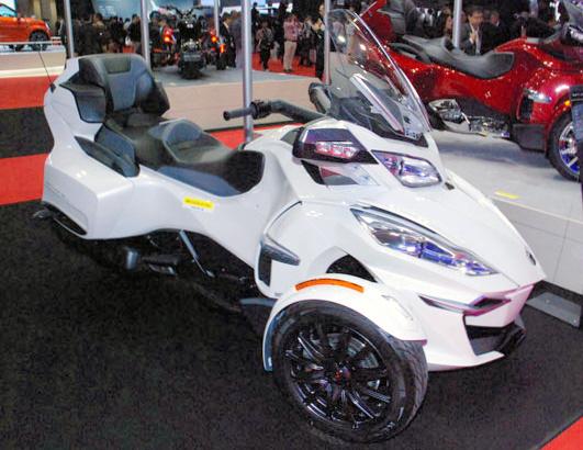 東京モーターショーに出展されたCan―Am(カンナム)の三輪バイク「スパイダーシリーズ」=28日、東京都江東区の東京ビッグサイト