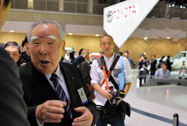 トヨタ自動車のブースで担当者に声をかけるスズキの鈴木修会長=29日午前、東京ビッグサイト