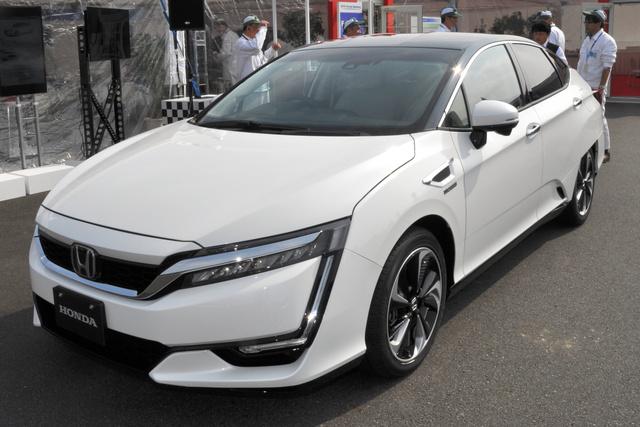 ホンダが来年3月から販売する新型燃料電池車「クラリティ フューエル セル」。デザインは最近のホンダらしさが生かされている=栃木県の本田技術研究所
