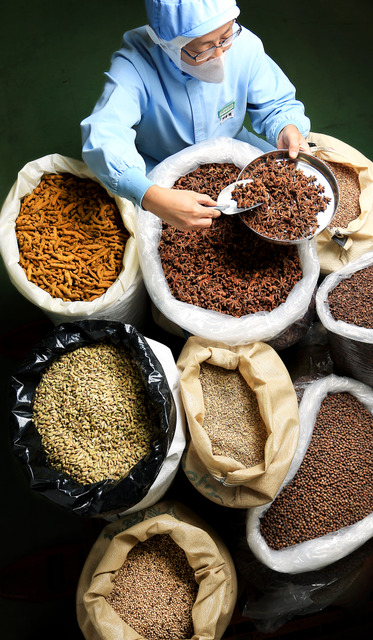 ハチ食品の基本の純カレー粉には20種類ほどのスパイスが使われるという=兵庫県宍粟市