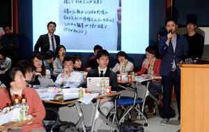 参加者はグループごとに成果を発表した=6日午後、東京都港区、角野貴之撮影