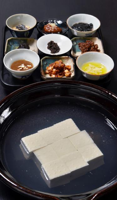 川端友里さんによる湯豆腐。和洋中の薬味を用意、彩りが演出された=京都市右京区