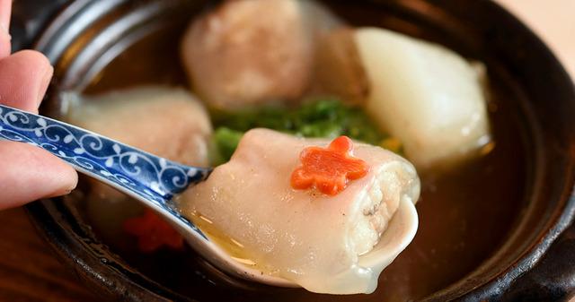 ぷるぷるのゼラチン質の皮の下に、ふっくらとした白身が包まれている=京都市東山区