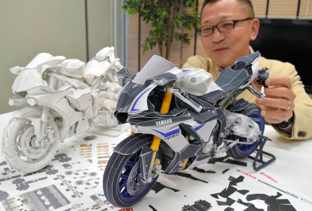 ヤマハ発動機のペーパークラフト最新作「YZF―R1M」の完成品(右)=磐田市新貝のヤマハ発動機本社