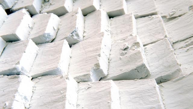 「吉野晒」の手法で精製され純白になった吉野葛。自然乾燥され出荷を待つ=奈良県御所市の井上天極堂、筋野健太撮影