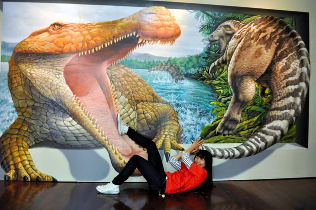 巨大カニに襲われる! トリックアート展、兵庫で開催:朝日新聞デジタル