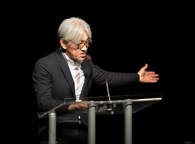 スピーチをする坂本龍一さん