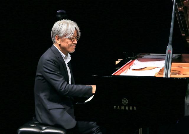 ピアノで伴奏する坂本龍一さん