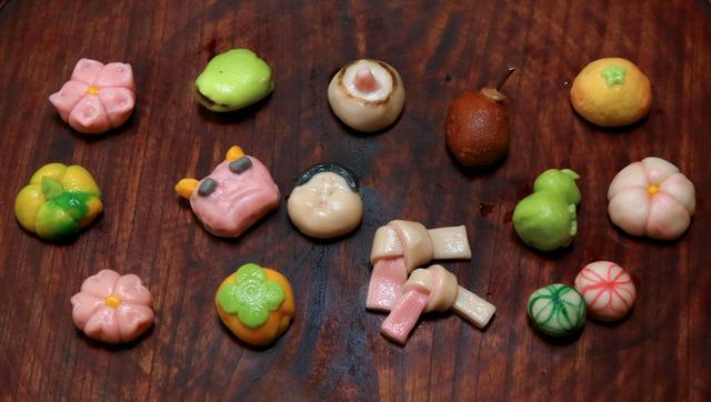 バリエーション豊かな飾り生麩。結び麩や手まり麩の他に、鬼やお多福、つるし柿など季節のものを表現した八寸用も=京都市上京区