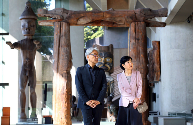 UBCの人類学博物館を歩く吉永小百合さんと坂本龍一さん=内田光撮影