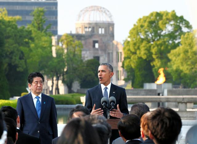 原爆死没者慰霊碑への献花を終え、演説するオバマ米大統領(中央)と安倍首相=2016年5月27日午後5時49分、広島市中区の平和記念公園、代表撮影
