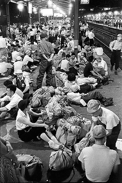 時どき街まち)1956年 新宿駅 山人気、深夜のホームは大混雑:朝日 ...