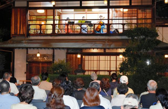 香川)庭園で音楽聴きながら観月...