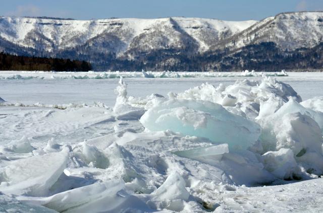 湖の氷、稲妻のように隆起 北海道・屈斜路湖で御神渡り